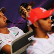 Nico Rosberg responde preguntas en la rueda de prensa de la FIA
