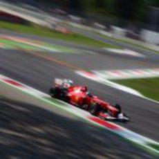 Fernando Alonso a la salida de la primera variante de Monza