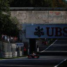 Lewis Hamilton pasa bajo el puente de Monza