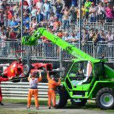 La grua se lleva el coche de Fernando Alonso en Monza 2012