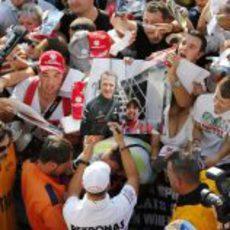Michael Schumacher es bien recibido por los Tifosi en Monza