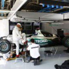 Michael Schumacher y sus mecánicos en el box de Mercedes