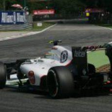 Sergio Pérez coge una curva en el circuito de Monza