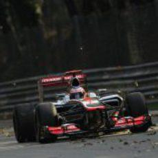 Jenson Button levanta unas hojas a su paso por una recta de Monza