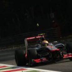 Lewis Hamilton en una de las rectas de Monza durante los libres