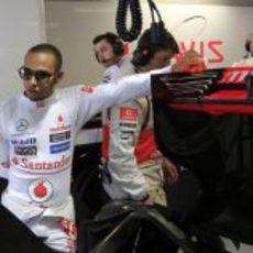 Lewis Hamilton se apoya en el alerón trasero de su McLaren