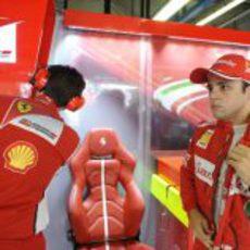 Felipe Massa espera en el garaje de Ferrari