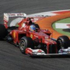 Fernando Alonso sale de una curva en Monza
