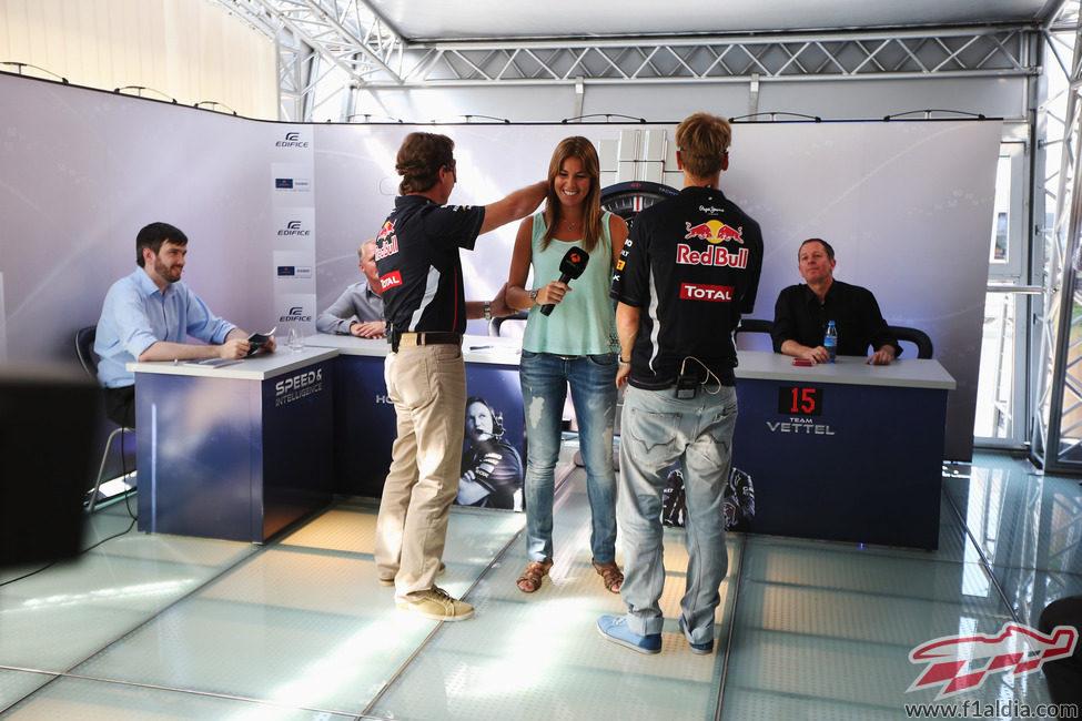 Nira Juanco se deja tocar por Sebastian Vettel y Christian Horner