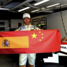 Ma Qing Hua posa con las banderas española y china