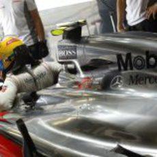 Lewis Hamilton se sienta en su monoplaza en Monza