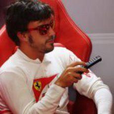 Fernando Alonso cambia de canal en su box