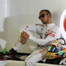 Lewis Hamilton se relaja en el box del equipo McLaren