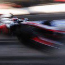 Jenson Button entra en boxes para un cambio rápido