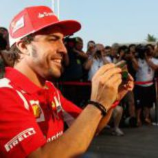 Fernando Alonso sacando fotos con su iPhone en Monza