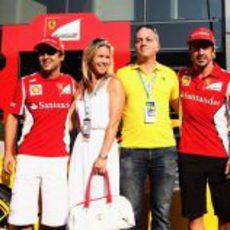Massa, Benjamin Sloss Treynor y su mujer, y Alonso en el 'paddock' de Monza
