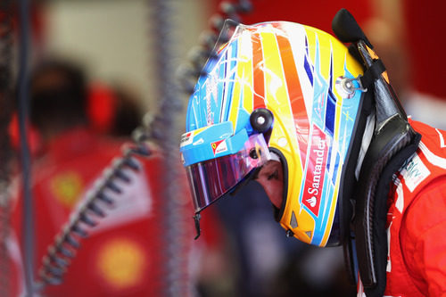 Fernando Alonso antes de subirse a su Ferrari en Monza