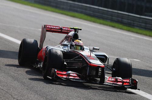 Lewis Hamilton celebra en el coche su victoria en Monza 2012