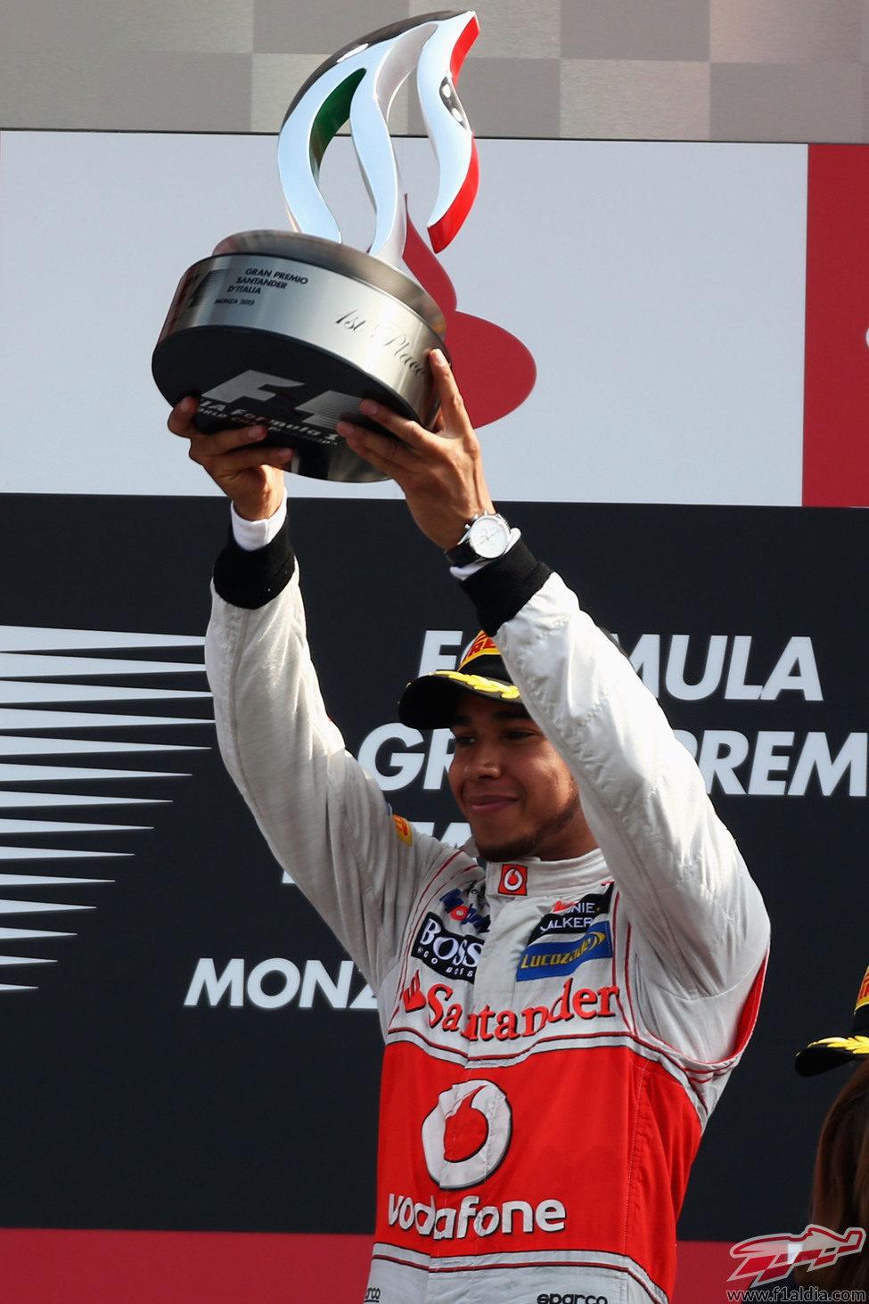 Lewis Hamilton levanta su trofeo de ganador en el GP de Italia 2012
