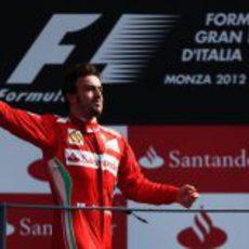 Fernando Alonso tiró su gorra a los tifosi