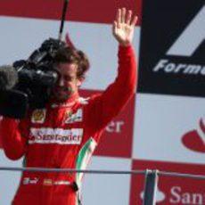 Fernando Alonso cogió la cámara de televisión en el podio de Monza