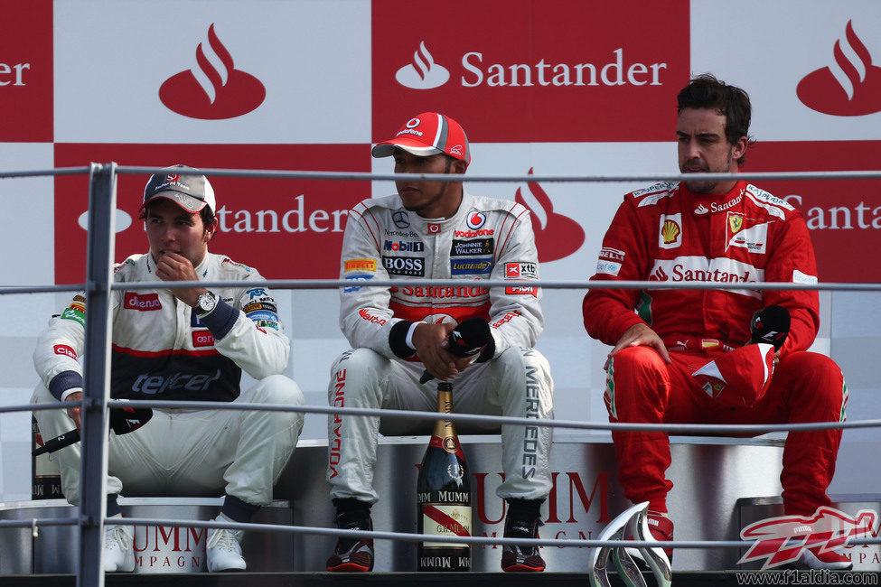 Hamilton, Pérez y Alonso sentados en el podio de Monza