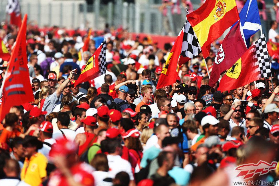 Miles de tifosi en la recta principal de Monza 2012