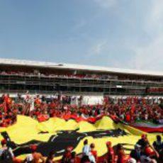 La bandera de Ferrari bajo el podio de Monza 2012