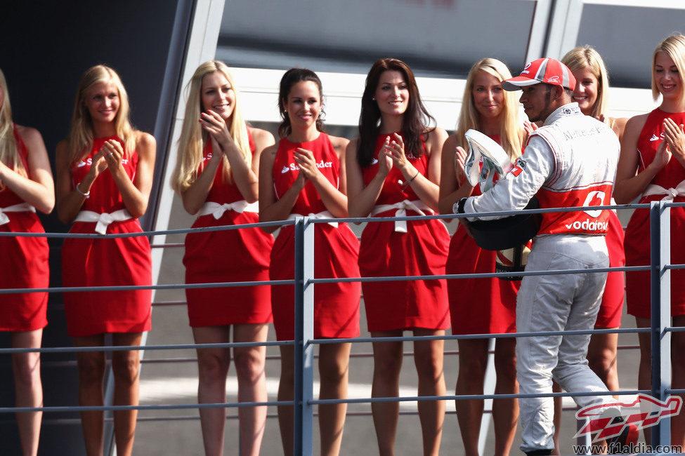 Las 'pit babes' aplauden a Hamilton en Monza
