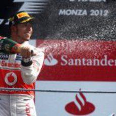 Lewis Hamilton descorcha el champán en Italia 2012