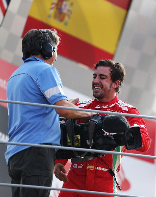 Alonso devuelve la cámara de TV al operador de la FOM