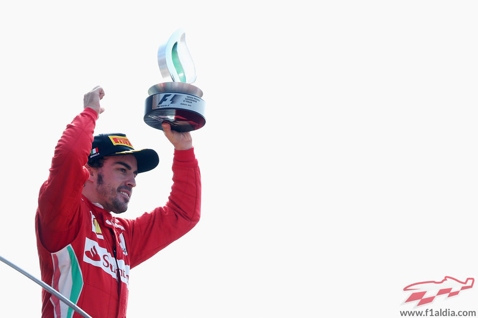 Fernando Alonso levanta su trofeo de tercero en Italia 2012