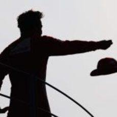 Alonso lanza su gorra a la afición italiana