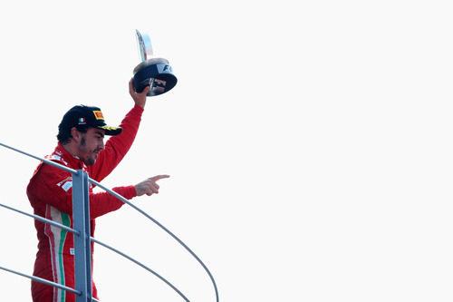 Fernando Alonso ofrece su trofeo a la afición de Monza