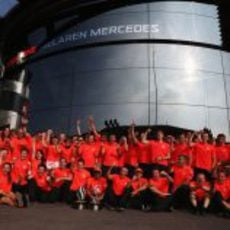El equipo McLaren celebra la victoria de Hamilton en el GP de Italia 2012