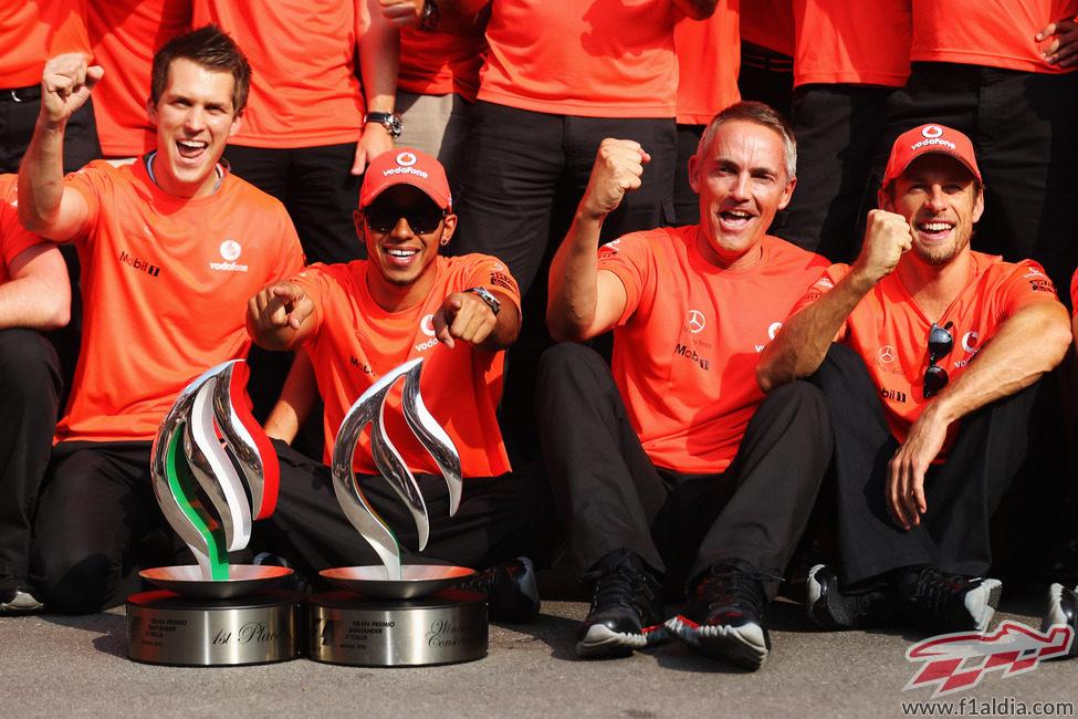Hamilton, Whitmarsh y Button celebrando el triunfo en Monza
