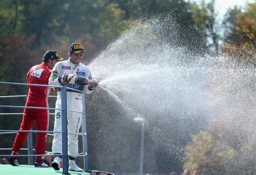 Sergio Pérez y Fernando Alonso con el champán en el podio de Monza
