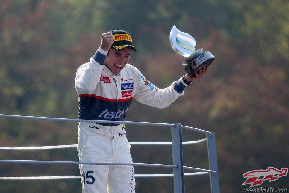 Sergio Pérez levanta su trofeo de segundo en el GP de Italia 2012