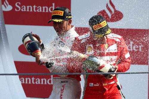 Hamilton y Alonso con el champán en Monza 2012