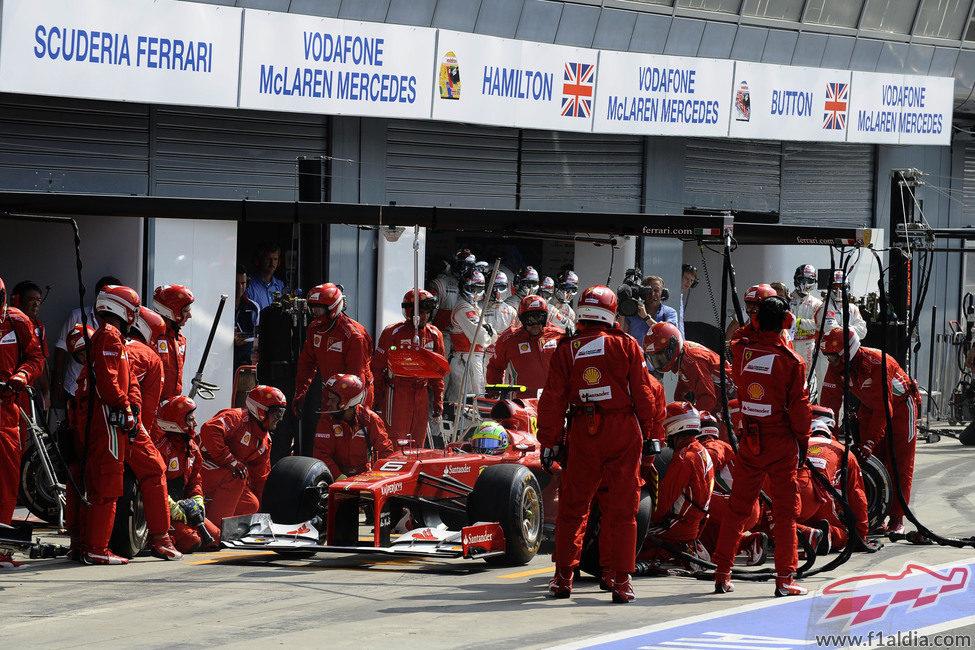 Felipe Massa realiza su parada para poner neumáticos duros