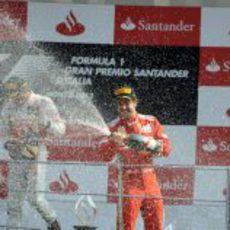Fernando Alonso celebra su tercer puesto en el podio de Monza