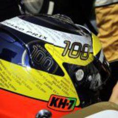 Casco de Pedro de la Rosa conmemorando sus 100 Grandes Premios