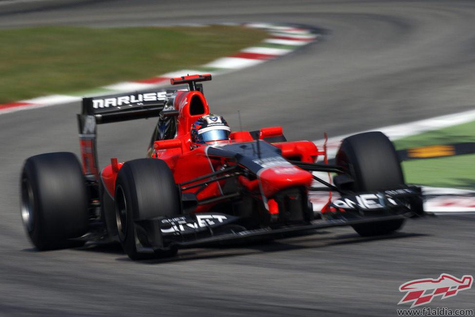 Timo Glock dañó su alerón delantero en la primera vuelta en Monza