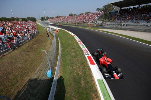 Timo Glock pasa por delante de las gradas en Monza