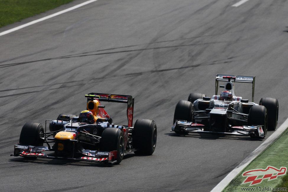 Mark Webber mantiene posición con Kamui Kobayashi