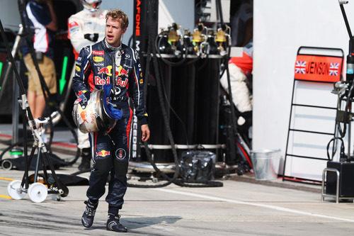 Sebastian Vettel regresa al garaje tras abandonar en Monza