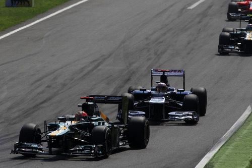 Heikki Kovalainen conduce por delante de Pastor Maldonado