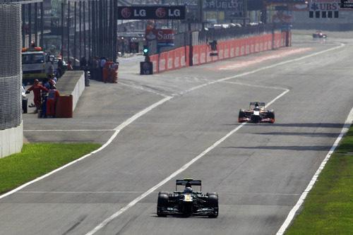 Vitaly Petrov pasa por la recta principal del circuito de Monza