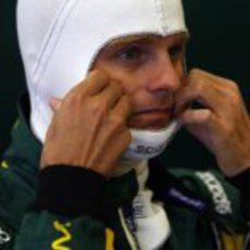 Heikki Kovalainen se prepara para subirse al cT01