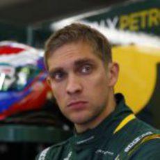 Vitaly Petrov espera en el garaje de Caterham